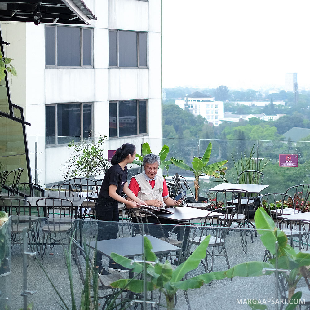 Kafe rooftop di hotel
