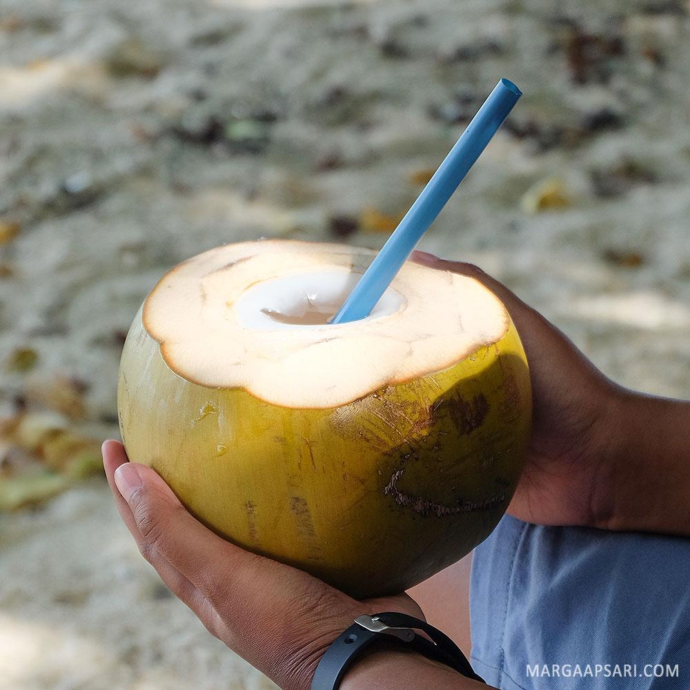 Minum es kelapa di Pantai Liang, Ambon