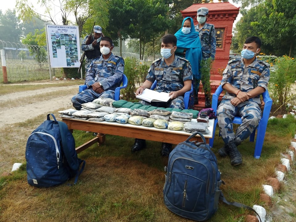 बर्दिया सशस्त्र प्रहरीले  २३ किलो अफिम र चरेससहित रुकुमको बाफिकोट एक महिला पक्राउ