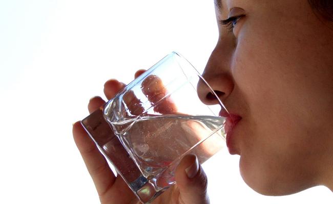 स्वास्थका लागी  पानी कति र कसरी पिउने ?