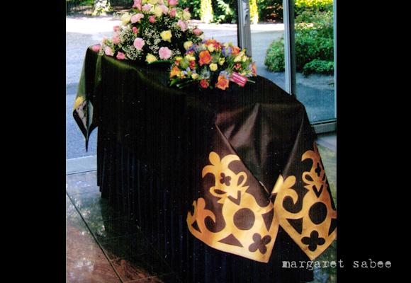 Bibliofiel is een kistkleed van Margaret Sabee Weefkunst Den Haag