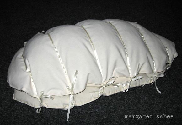 Rupsje niet verwacht kinderwade van Margaret Sabee Weefkunst Den Haag
