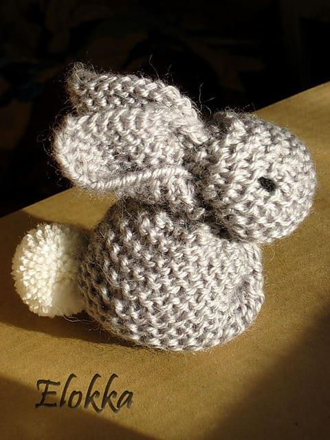 Un lapin super mignon qui se fait à partir d'un carré de tricot!