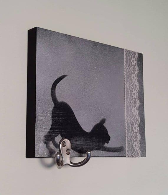 Un support à chapeau ou un support à chat-peau? Une question qui restera sans réponse, mais reste qu'il est vraiment mignon! (Crédit photo: LaFabriqueDuChatBleu sur Etsy)