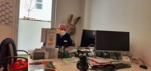 Peter an seinem vorösterlichen Arbeitsplatzbeim Sozialen Dienst im ASPIDA Pflegecampus Plauen