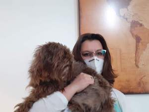 Frau Müller, die Leiterin des Pflegediendtes Fdes ASPIDA Pflegecampus Plauen und Hund Trethupe
