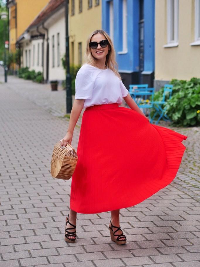 röd plisserad kjol