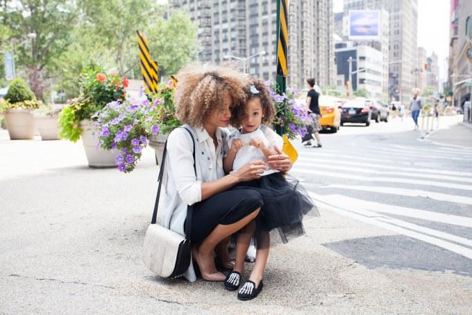 Mãe e filha na rua