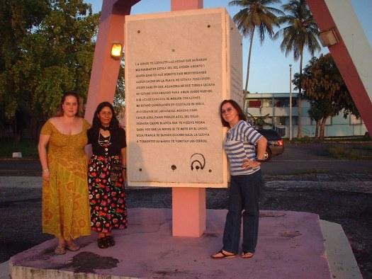 Mairym Cruz Bernall, Gloria Mendoza Borda y Elizabeth Altamirano junto al monumento a Julia de Burgos