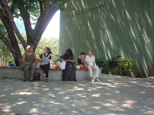 Un árbol frente al Edificio Dr. Carlos E. Chardón es el lugar perfecto para que algunas asistentes puedan conversar