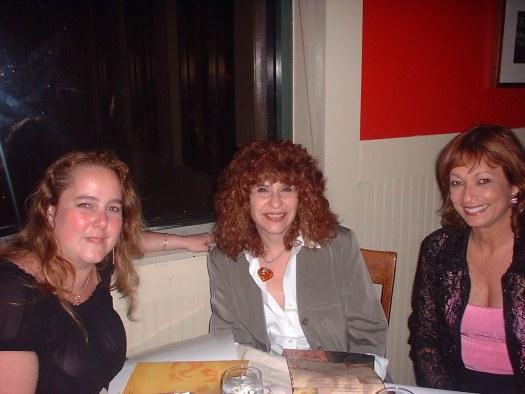 Mairym Cruz Bernall, Gioconda Belli y María Juliana compartiendo una cena.
