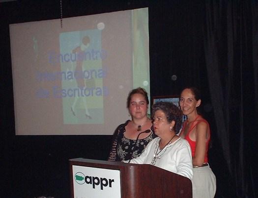 La escritora Magaly Quiñones junto a Mairym Cruz y Ángela López Borrero se dirigen al grupo antes de iniciar una presentación sobre la vida de Julia de Burgos.