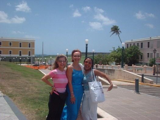 Célia Vázquez, Laura Hernández y Corazón Tierra disfrutan un paseo por el Viejo San Juan, sede del Encuentro.