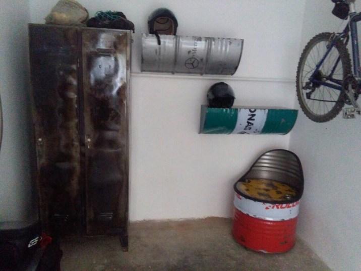 Un armadio in ferro trattato e lucidato per contenere le giacche