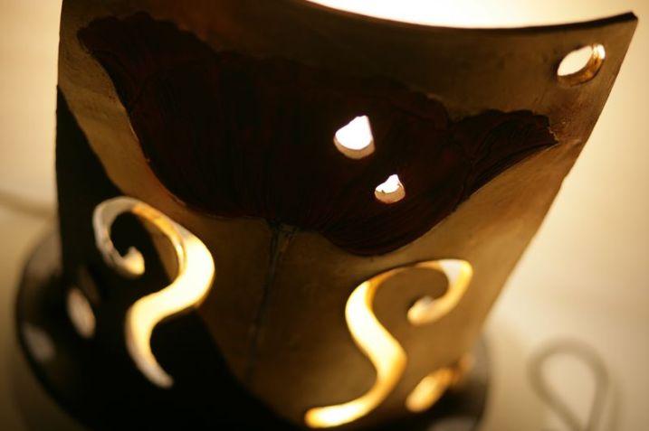 Lume in ceramica intagliata e foglia oro