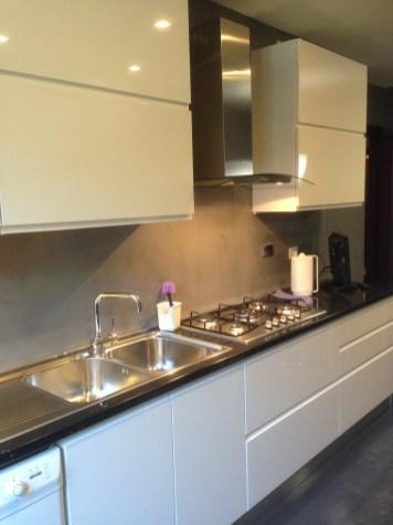 Cucina dopo con resina e nuovi mobili