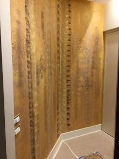 Il colore ocra con delle spugnature grigio e oro sono il fondo che ho scelto per questa parete