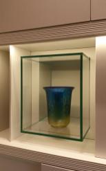 Vani con strutture di cristallo illuminate dai led per contenere oggetti d'arredo