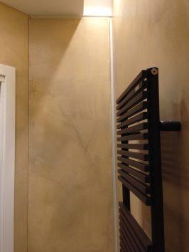 rivestimento in resina bagno toni neutri armadio contenitore e termoarredo