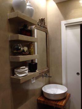 Lo specchio antico e le mensole in cartongesso rivestite in resina