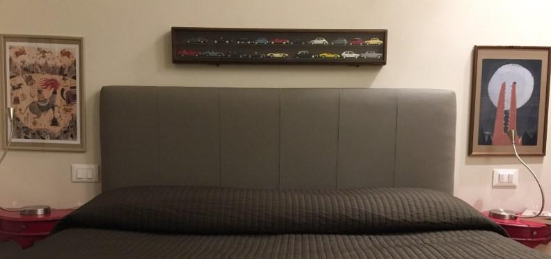 I vecchi modellini delle macchinine protagonisti di una parete per una camera da letto