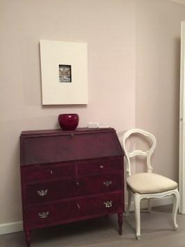 Restyling mobili: mobile ribaltina dopo. Una nota di colore per questo mobilie scelta tra i toni del viola. Restyling anche per la sedia.