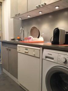 Restyling cucina: zona lavello dopo inserimento di maniglie, faretti nella vecchia struttura. Il top è stato prolungato e rivestito in resina per fare posto al vano per la lavatrice