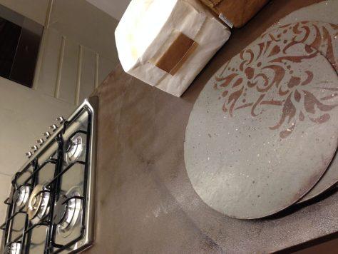Il top della cucina con effetti marmorei, sottopiatti che ho realizzato per questo ambiente