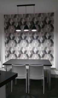 La parete con disegni geometrici riprendono i colori della cucina