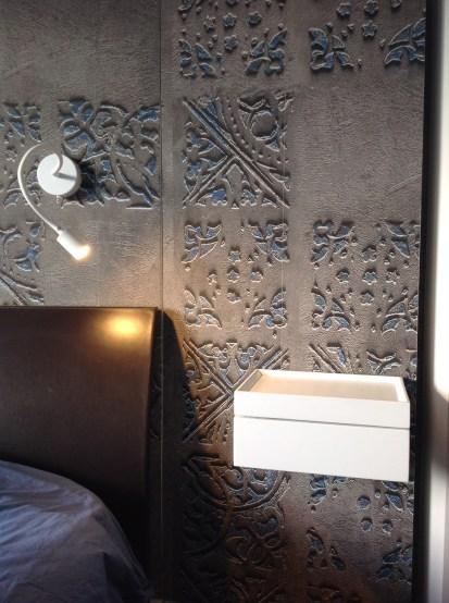 Questa bellissima carta con effetti tridimensionali per la parete del letto che accoglie la porta della cabina armadio e questo cassetto che vi spiegherò nello specifico nel prossimo articolo sulle SOLUZIONI SALVASPAZIO