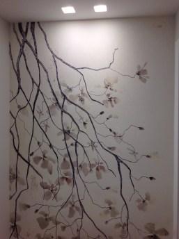 Più delicata questa carta con questa cascata di fiori illuminata da faretti al controsoffitto
