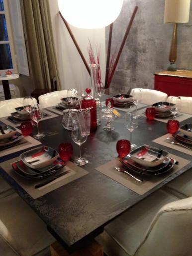 Il rosso, il grigio e il nero sono i colori predominananti nell'ambiente li ho riportati nella decorazione del servizio piatti. I bicchieri MarioLucaGiusti