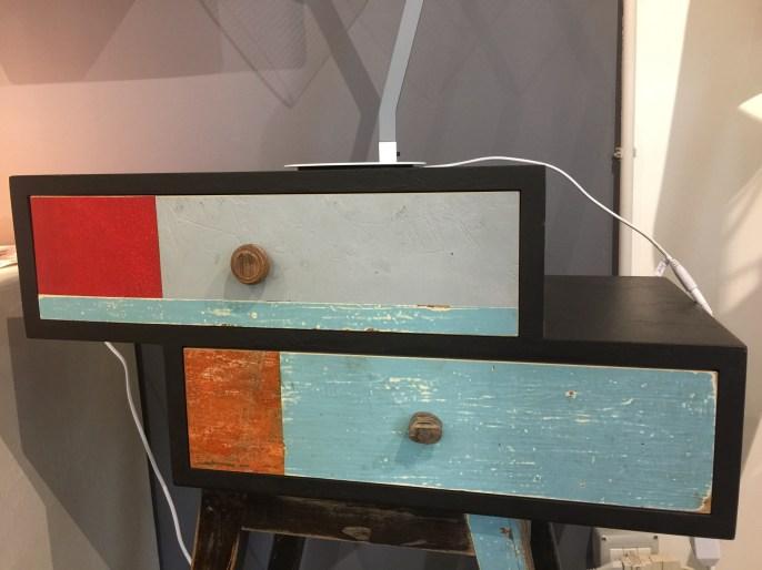 Particolare cassettiera in legno laccato nero e di recupero