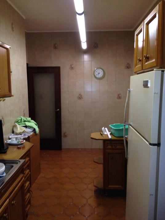 Pareti e pavimento della cucina prima