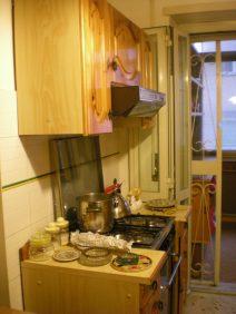 I mobili e le mattonelle della cucina prima
