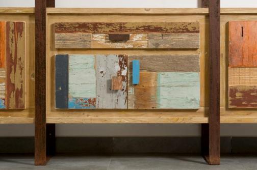 Particolare libreria sportelli con legno rigenerato