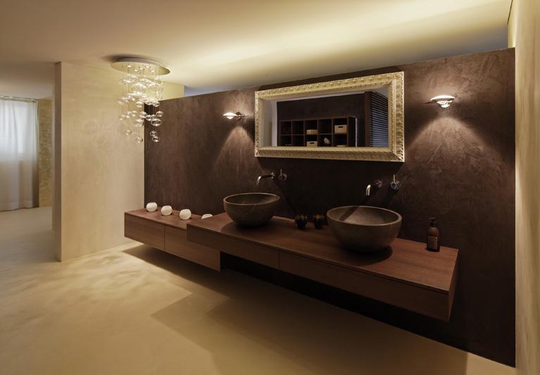 Bagno in resina marrone, lavello in ceramica su mensola in legno