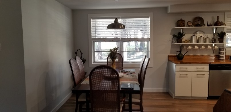 Hangout on Hidden Cove airbnb in Granbury, Texas, dining room