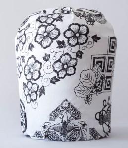 Foto vista laterale, pouf rivestito in materiale tessile