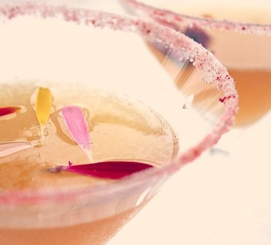 Oppskrift på drink med spiselige blomster