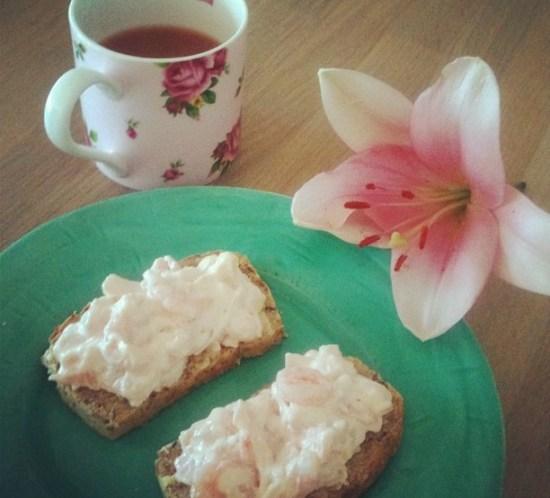Ingeniørfruens frokost med rekesalat på lavkarbo brød av brødmiks