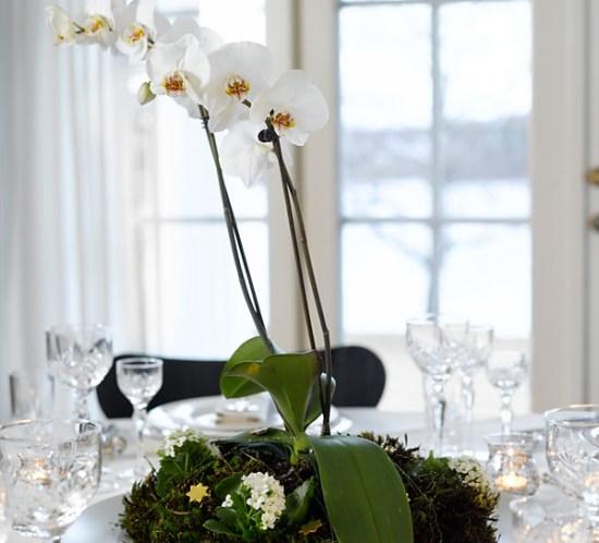 Ingeniørfruen lager blomsterdekorasjon til nyttårsbordet