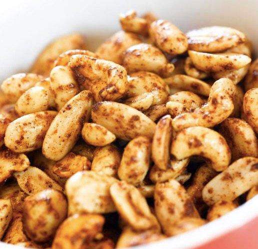 Ingeniørfruen har ristet blandede nøtter i pepperkakekrydder