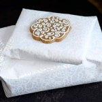 Pynt gaven med dekorerte pepperkaker