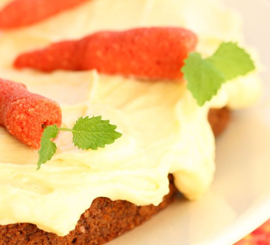 idemagasinets-glutenfri-melkefrie-sukkerfrie-lavkarbo-gulrotkake-med-marsipangulrøtter
