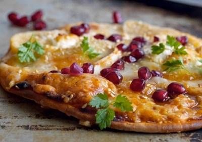 Pizza med geitost, granateple og honning
