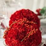 Lag juledekorasjoner med røde roser og nelliker
