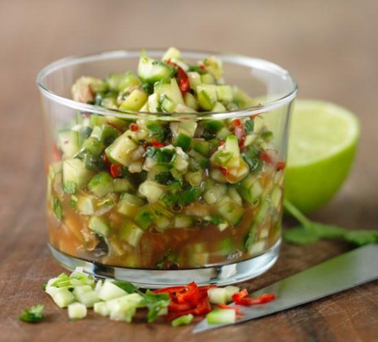 Oppskrift-på-agurksalsa-med-fersk-chili,-koriander-og-lime