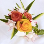 Blomstrende dekorasjon til festbordet. Av frukt og grønt!
