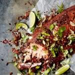 MIDDAGSTIPS: Oppskrift på helgrillet laks med BBQ-saus og bacon